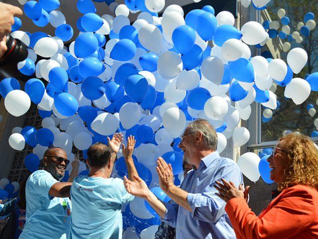 Bolo e balões na praça festejam 90 anos do ...
