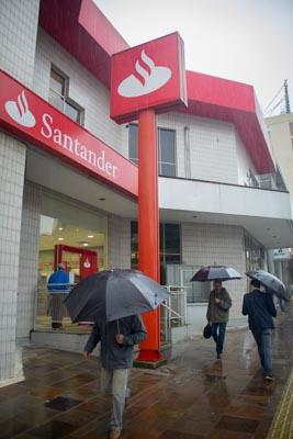 Santander lucra 5,9 bilhões no primeiro semestre de 2018, mas segue ...