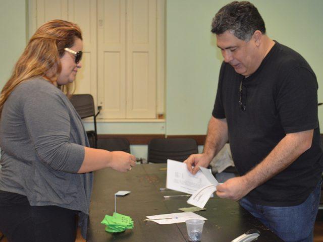 Banrisulenses recebem cheques no Sindicato da ação de horas ...