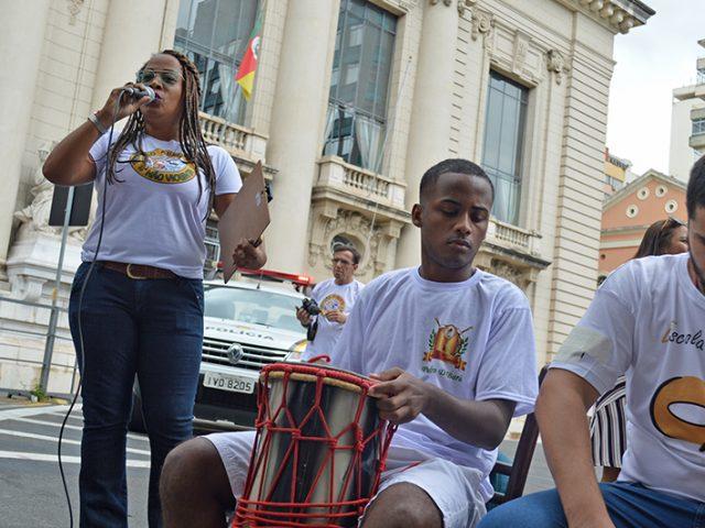"""""""Banquetaço"""": manifestantes oferecem alimentos de origem afro e protestam ..."""