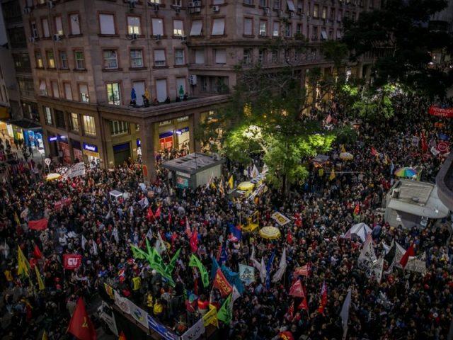 30 mil vão às ruas em Porto Alegre
