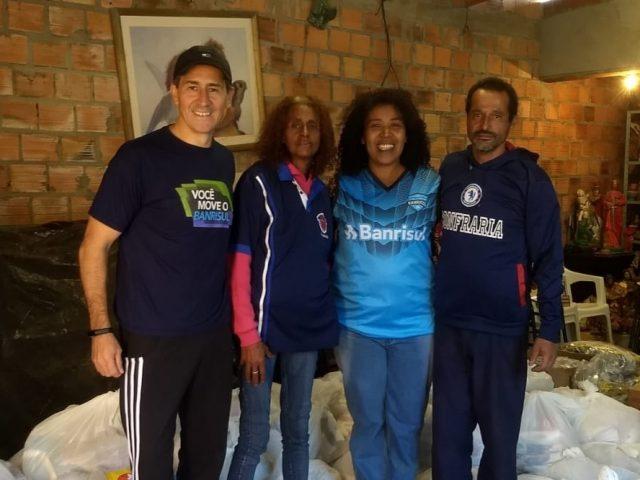 Banrisulenses doam cestas básicas para recicladores da Vila Marabá