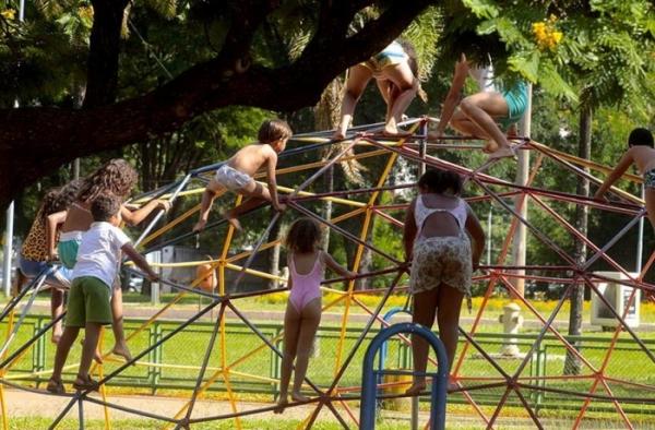 Brasil já tem mais de 130 mil crianças que ficaram ó...