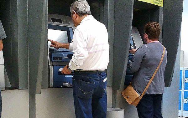 Bancos demitem milhares de bancários na pandemia e sã...